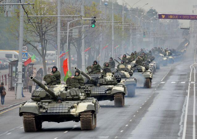 Kolumna czołgów T-72 jedzie ulicami Mińska w czasie próby generalnej przed Paradą Zwycięstwa z okazji 70. rocznicy Zwycięstwa w Wielkiej Wojnie Ojczyźnianej