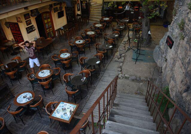 Puste stoliki w tureckiej kawiarni