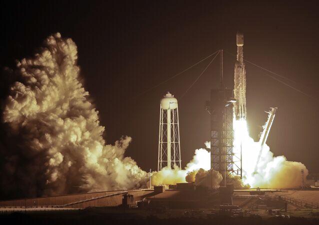 Start rakiety Falcon Heavy z 24 satelitami i zegarem atomowym