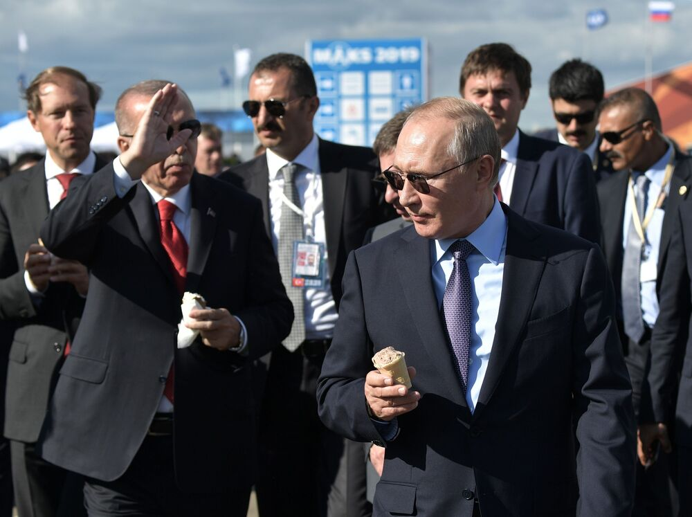 Władimir Putin i Recep Erdogan delektują się lodami podczas pokazów lotniczych MAKS-2019
