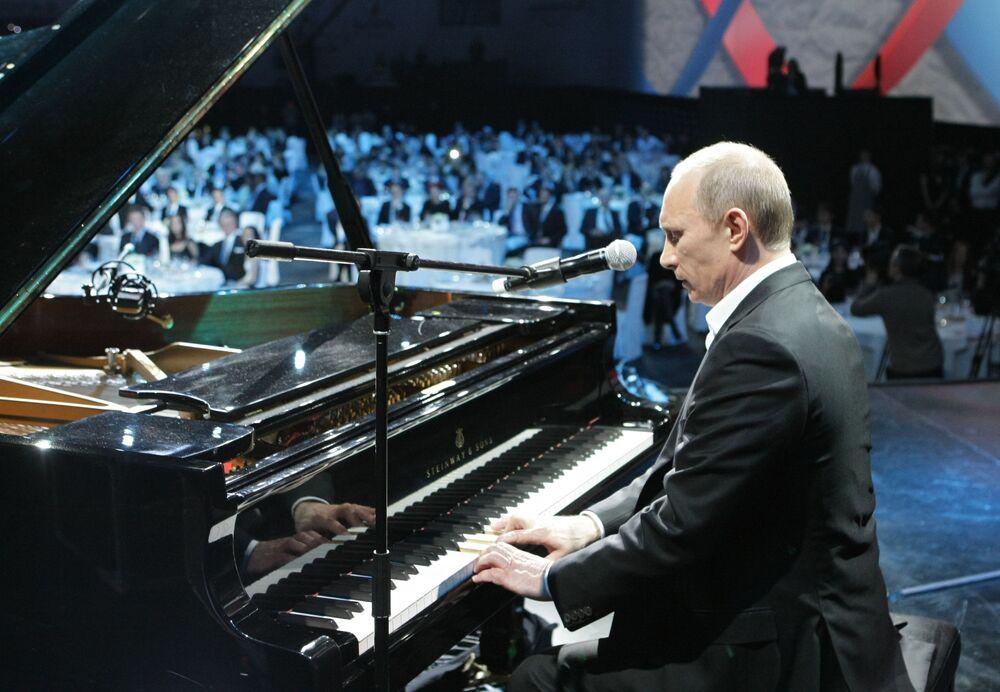 Putin gra na pianinie w Petersburgu, 2010 rok