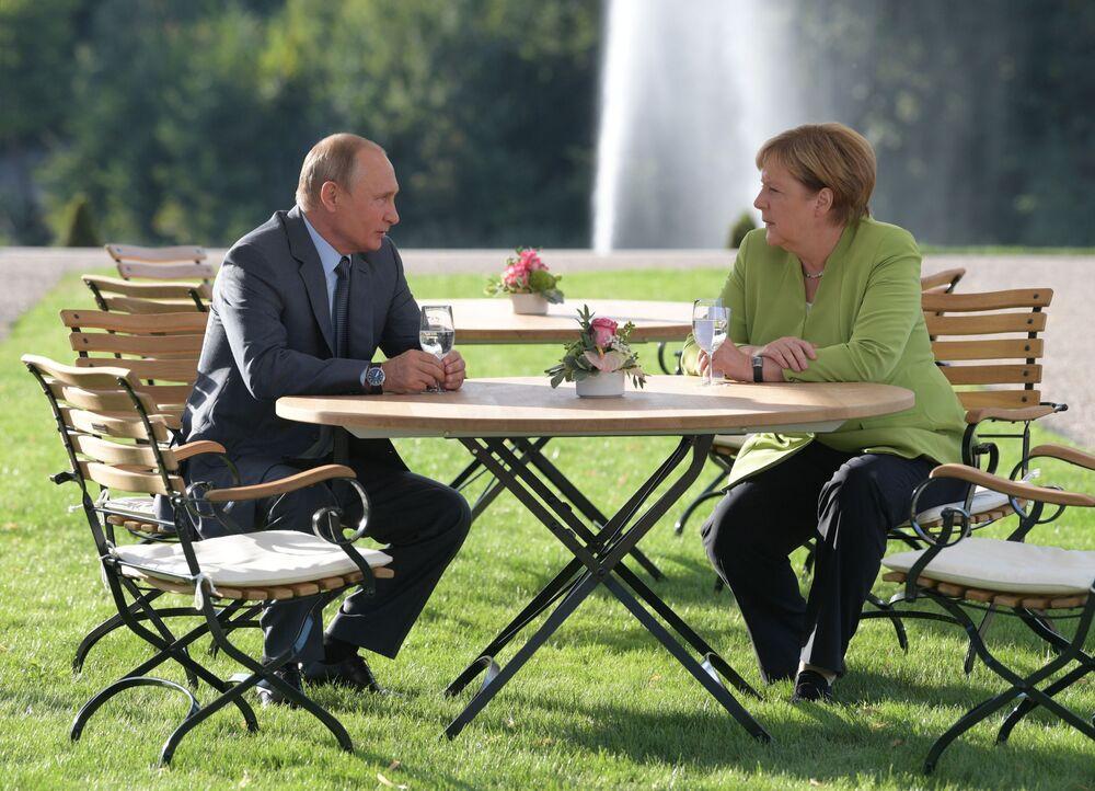 Władimir Putin na spotkaniu z Angelą Merkel
