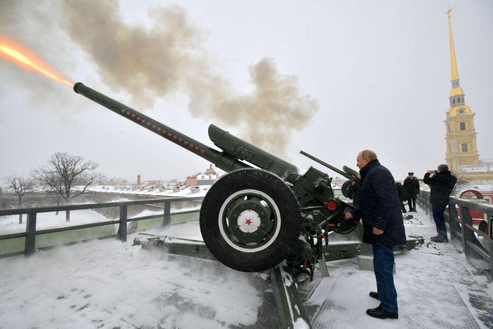 Władimir Putin strzela z armaty w Petersburgu