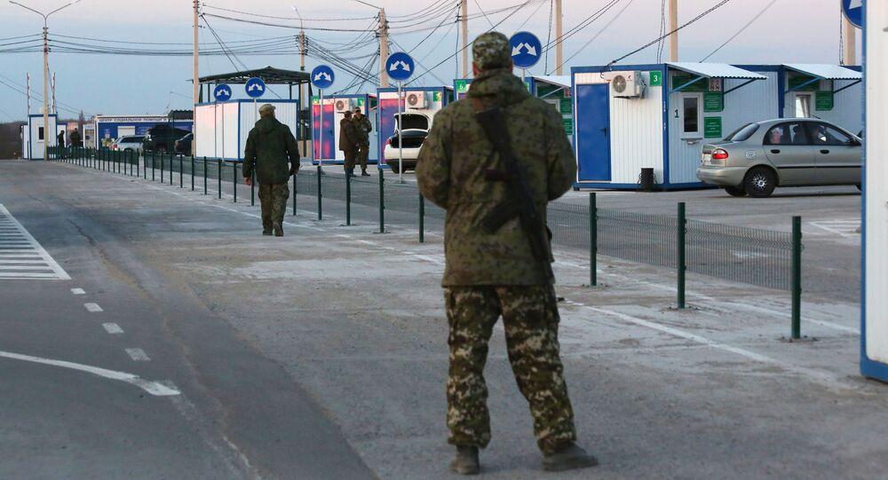 Wojskowy DRL na punkcie kontrolnym między Ukrainą a DRL