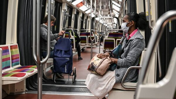 Pasażerowie w opustaszołym wagonie paryskiego metra w okresie pandemii - Sputnik Polska