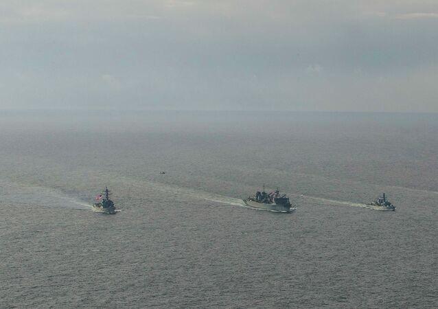 Niszczyciele marynarki wojennej USA Porter, Donald Cook i Franklin Roosevelt oraz brytyjska fregata Kent na Morzu Barentsa