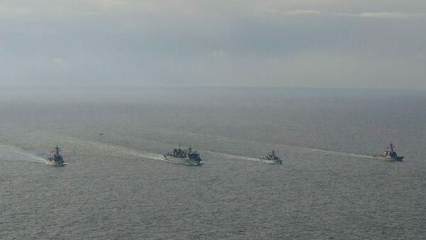 Niszczyciele marynarki wojennej USA Porter, Donald Cook i Franklin Roosevelt oraz brytyjska fregata Kent na Morzu Barentsa - Sputnik Polska