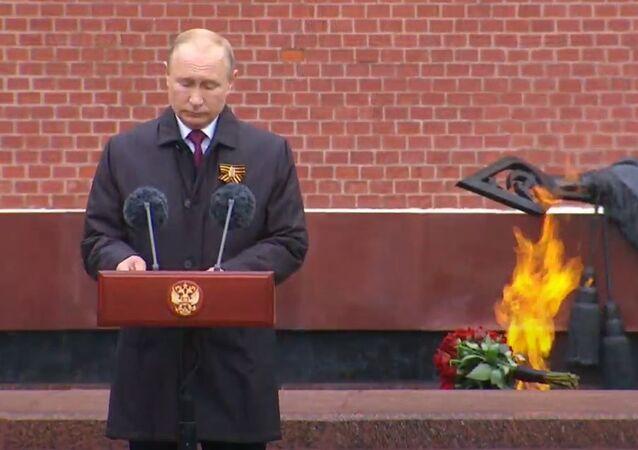 Putin złożył kwiaty pod pomnikami miast bohaterów