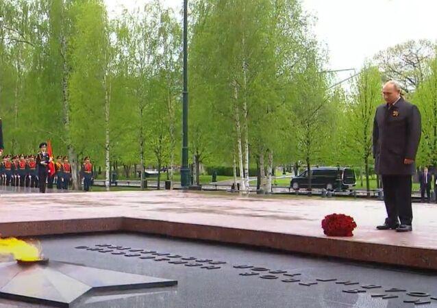 Władimir Putin złożył kwiaty pod pomnikami miast bohaterów