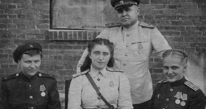 Generał Nikołaj Antipenko z lekarzami szpitala frontowego