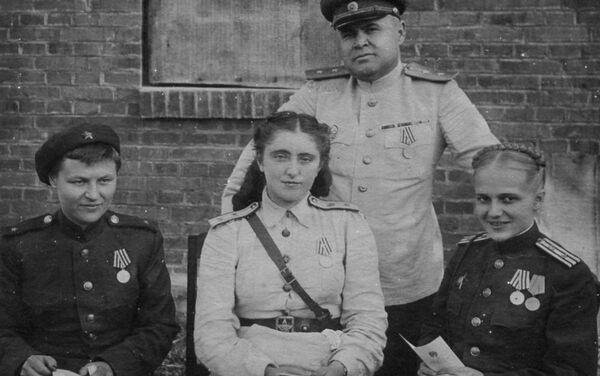 Generał Nikołaj Antipenko z lekarzami szpitala frontowego - Sputnik Polska
