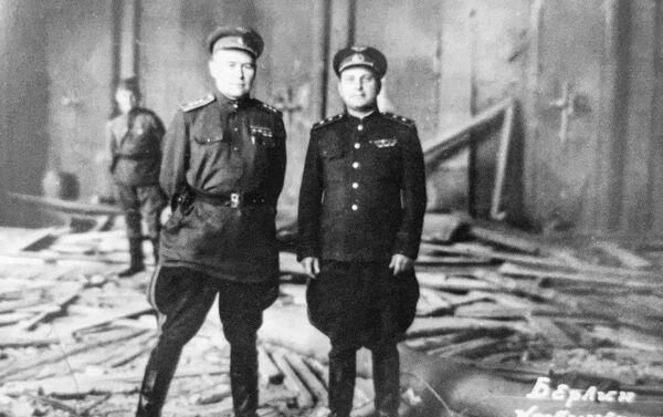 Radziecki dowódca wojskowy Konstantin Wierszynin (po lewej) w zniszczonej kwaterze Hitlera  - Sputnik Polska
