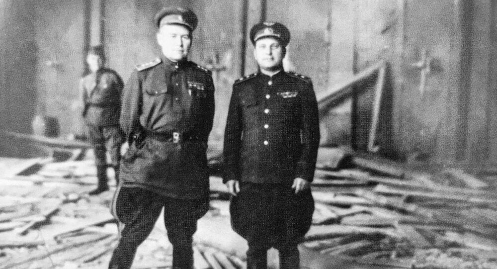 Radziecki dowódca wojskowy Konstantin Wierszynin (po lewej) w zniszczonej kwaterze Hitlera