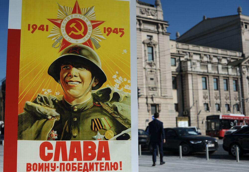 """Plakat """"Chwała zwycięskim wojownikam!"""" w Belgradzie"""