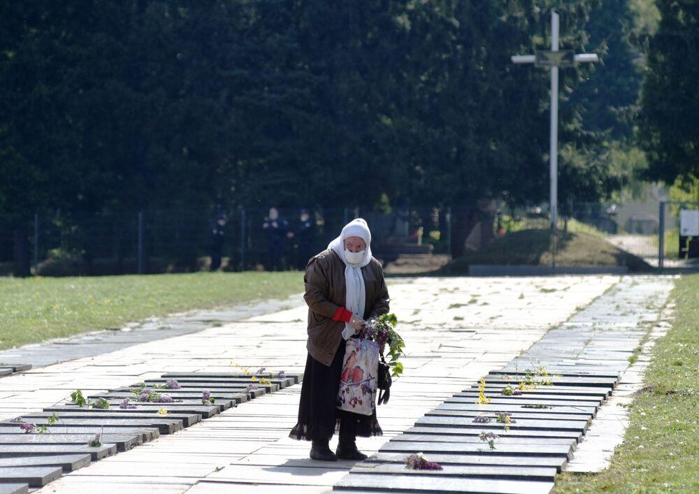 Kobieta na cmentarzu wojennym we Lwowie