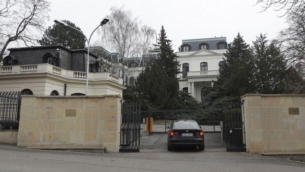 Samochód przed ambasadą Rosji w Pradze - Sputnik Polska