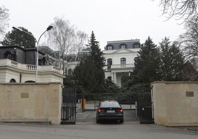Samochód przed ambasadą Rosji w Pradze