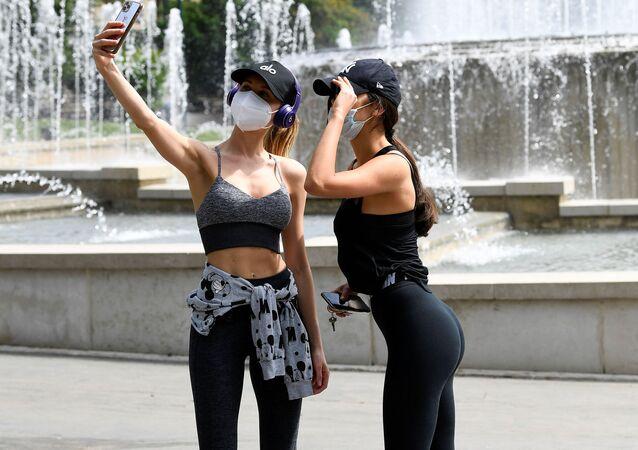 Dziewczyny w maskach w Mediolanie