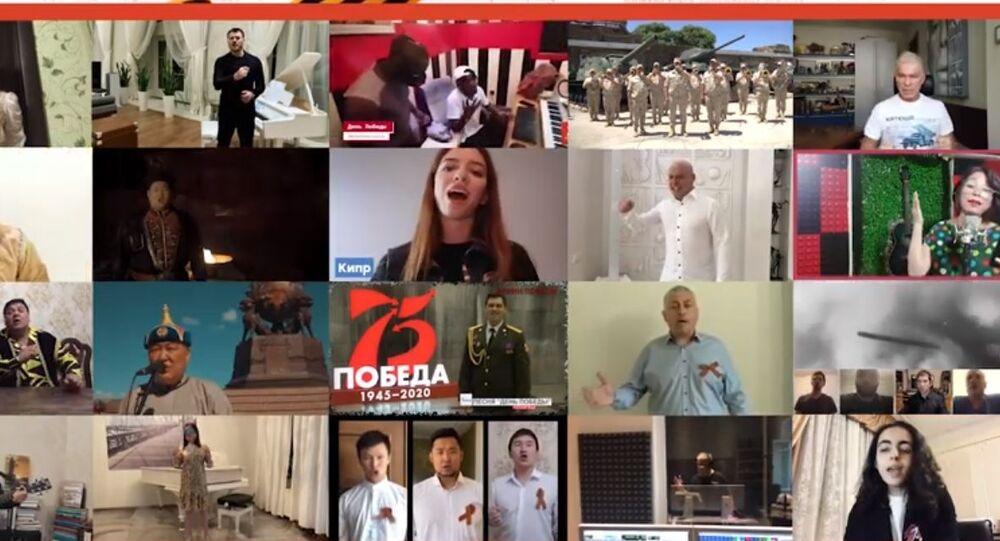 """Uczestnicy akcji, zorganizowanej przez """"Nasze Zwycięstwo"""" śpiewają pieśń """"Dzień Zwycięstwa"""""""