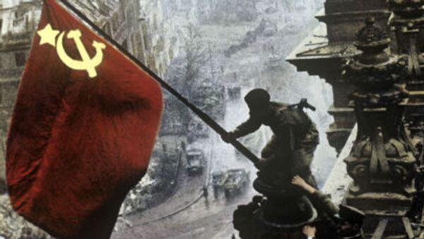 Sztandar Zwycięstwa na budynku Reichstagu w Berlinie 1 maja 1945 roku - Sputnik Polska