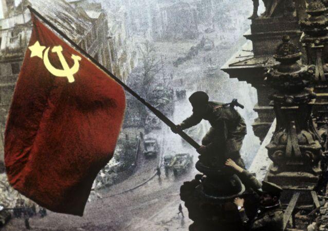Sztandar Zwycięstwa na budynku Reichstagu w Berlinie 1 maja 1945 roku