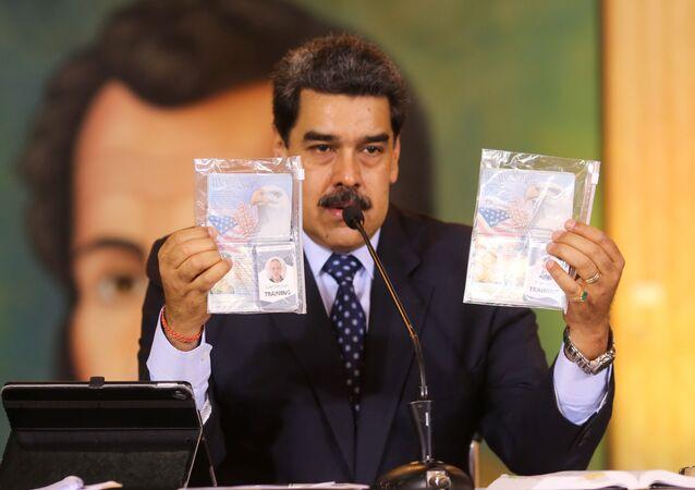 Prezydent Wenezueli Nicolas Maduro demonstruje skonfiskowane dokumenty