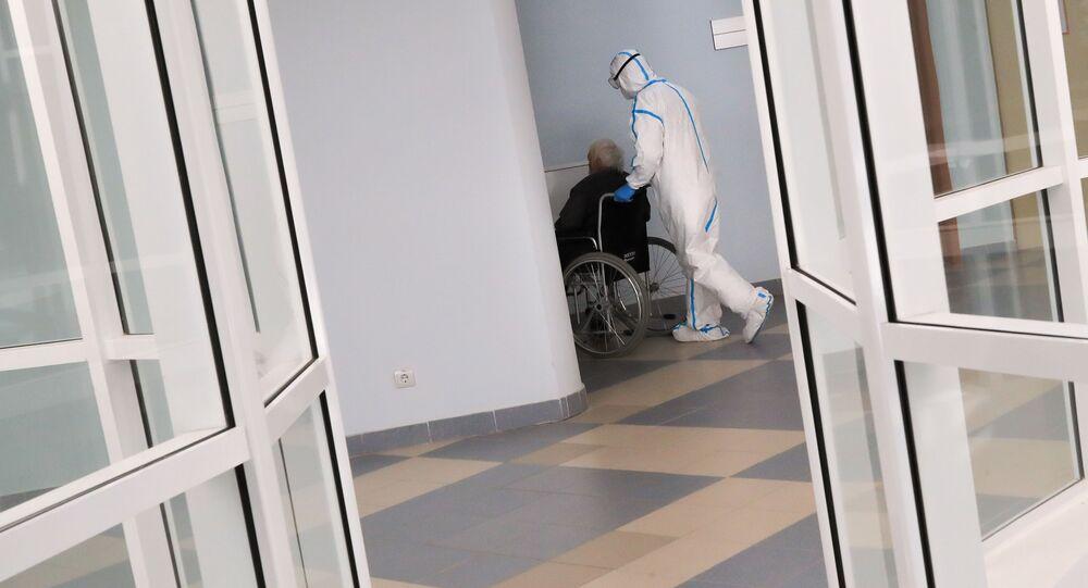 Pracownik medyczny i pacjent na oddziale chorych na koronawirusa