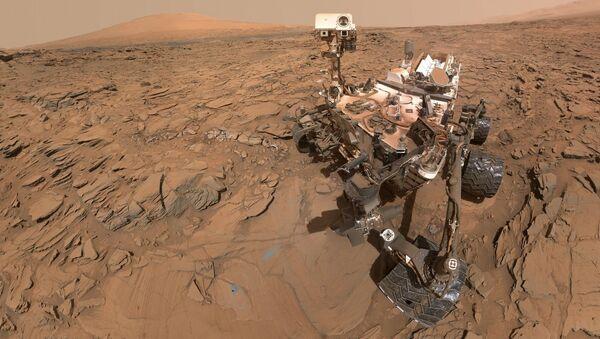 Łazik Curiosity na powierzchni Marsa - Sputnik Polska