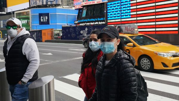 Ludzie w maskach medycznych na ulicy w Nowym Jorku, USA - Sputnik Polska