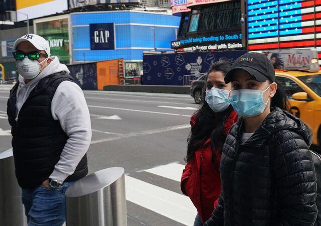 Ludzie w maskach medycznych na ulicy w Nowym Jorku, USA