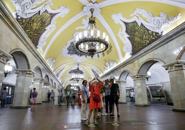 "Turyści na stacji ""Komsomolskaja"""