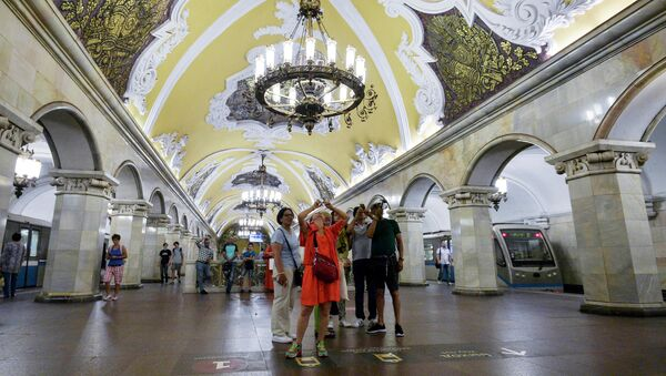 "Turyści na stacji ""Komsomolskaja"" - Sputnik Polska"