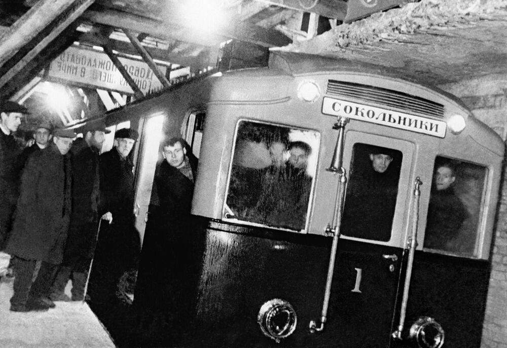 Pierwszy pociąg moskiewskiego metra