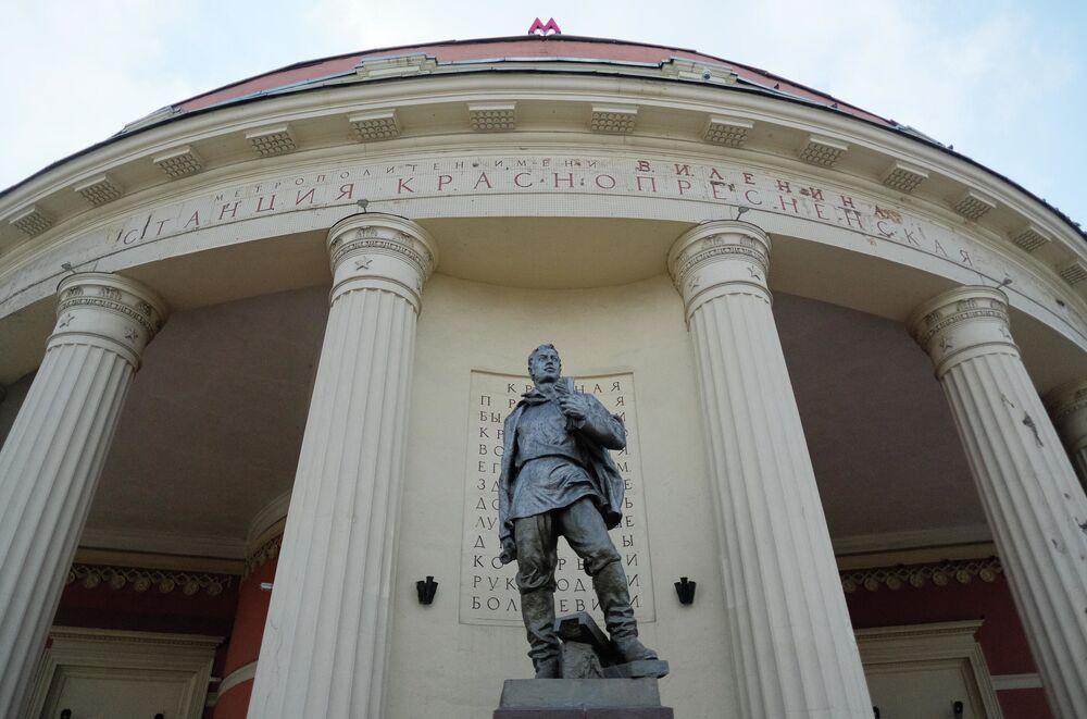 """Rzeźba koło stacji """"Kranopriesnienskaja"""""""