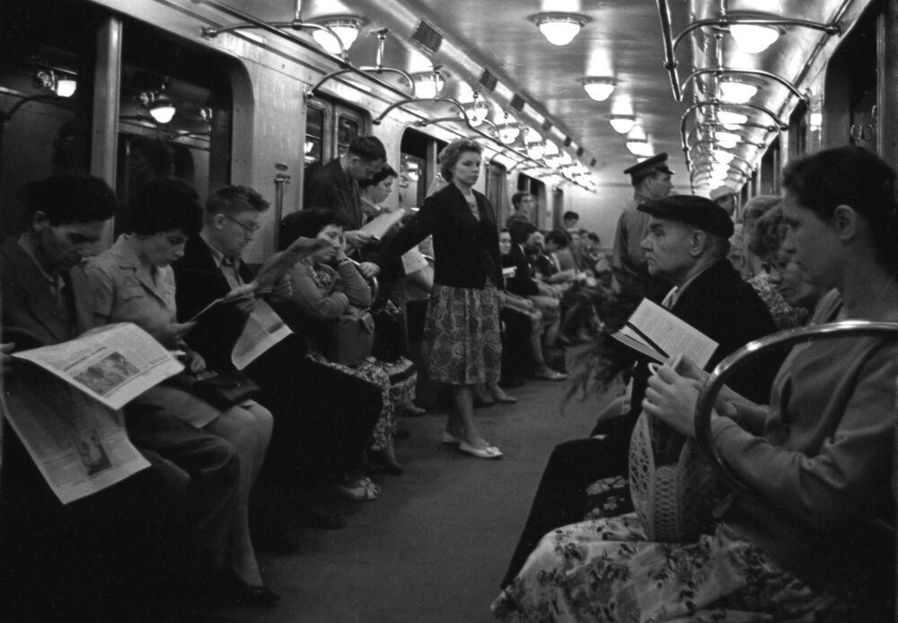Pasażerowie metra w 1964 roku
