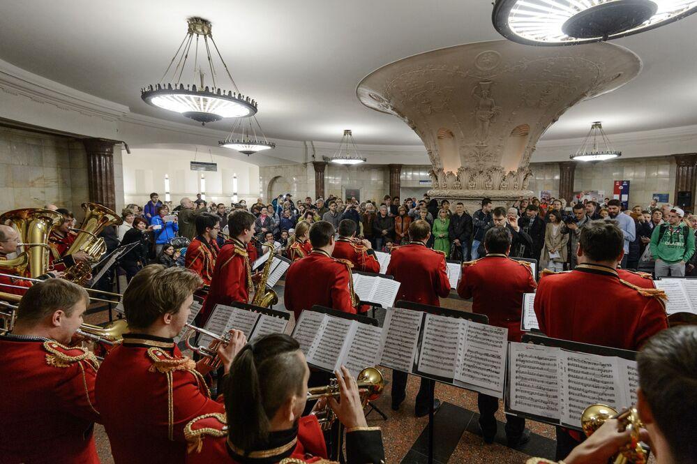 Orkiestra gra w moskiewskim metrze