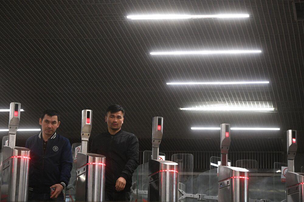 """Bramki wejściowe na stacji """"Oktiabrskoje pole"""""""