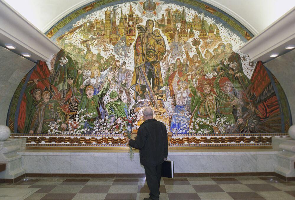 """Mozaika na stacji """"Park Pobiedy"""". Autor: Zurab Cereteli"""