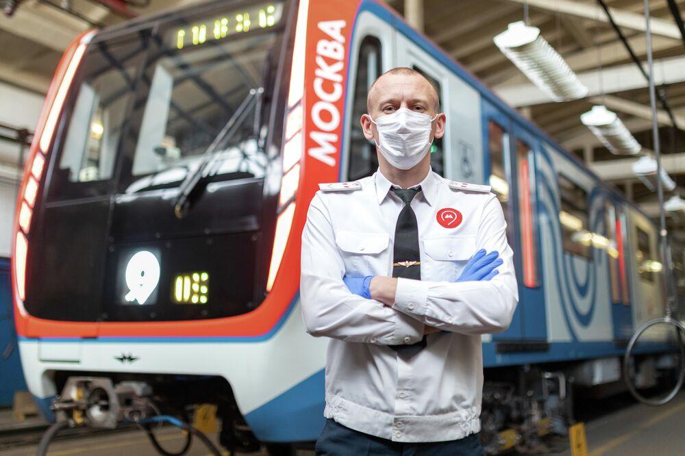Maszynista moskiewskiego metra w masce
