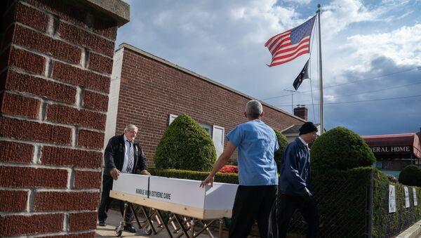 Trumna z ciałem zmarłego na koronawirusa jest zabierana z domu pogrzebowego w Nowym Jorku, USA - Sputnik Polska