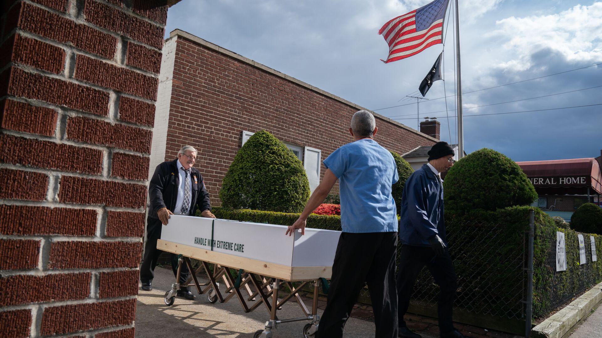 Trumna z ciałem zmarłego na koronawirusa jest zabierana z domu pogrzebowego w Nowym Jorku, USA - Sputnik Polska, 1920, 18.03.2021