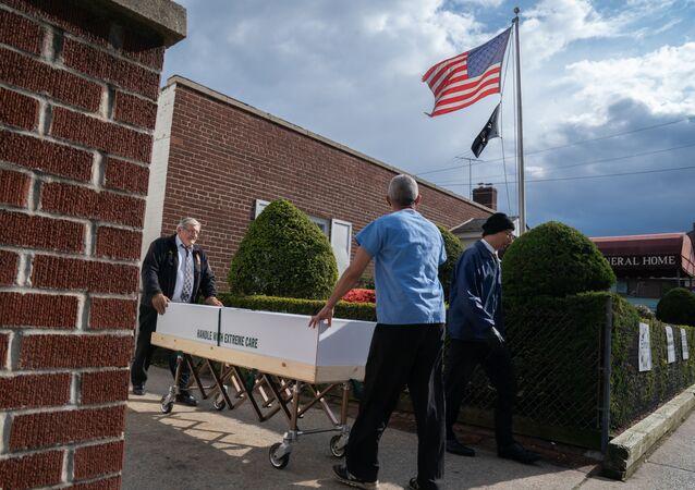 Trumna z ciałem zmarłego na koronawirusa jest zabierana z domu pogrzebowego w Nowym Jorku, USA