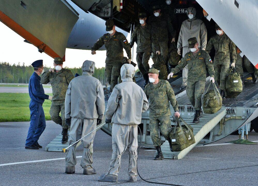 Powrót rosyjskich specjalistów wojskowych, którzy brali udział we wspieraniu Włoch w walce z koronawirusem.