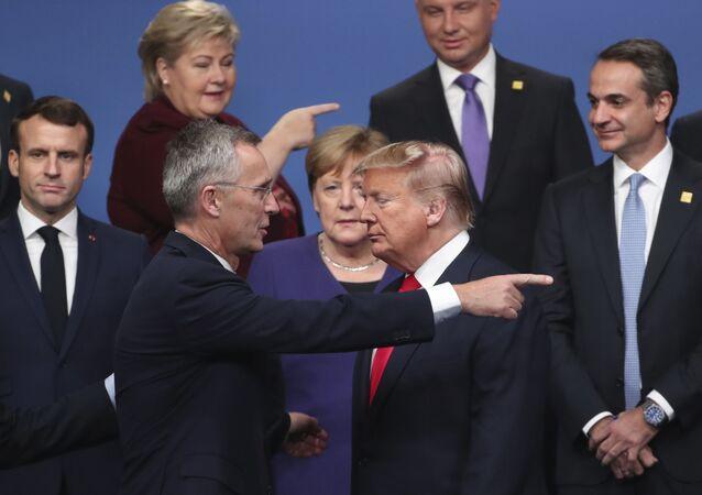 Sekretarz generalny NATO Jens Stoltenberg rozmawia z prezydentem USA Donaldem Trumpem
