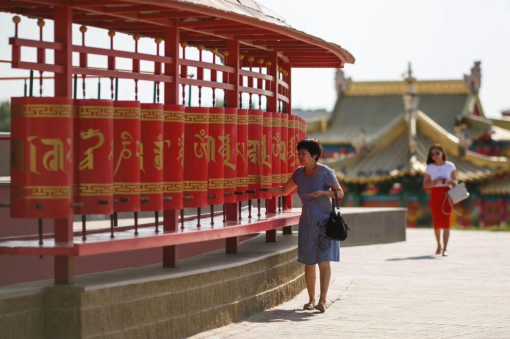 Bębny modlitewne wokół świątyni buddyjskiej w mieście Elista