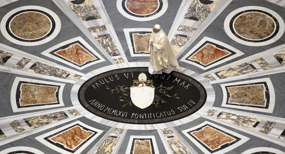 Papież Franciszek odprawia Mszę św. W Bazylice Świętego Piotra po wznowieniu nabożeństw w Watykanie