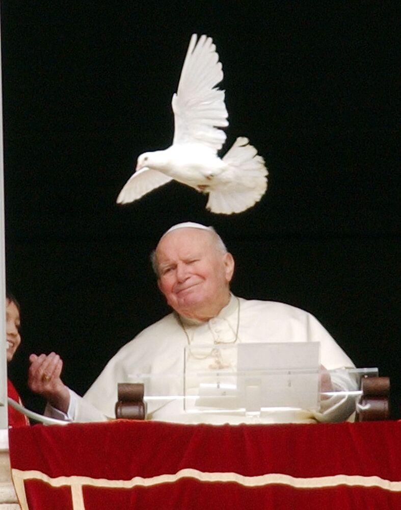 Papież Jan Paweł II i biały gołąb na placu Św. Piotra w Watykanie, 2005 rok