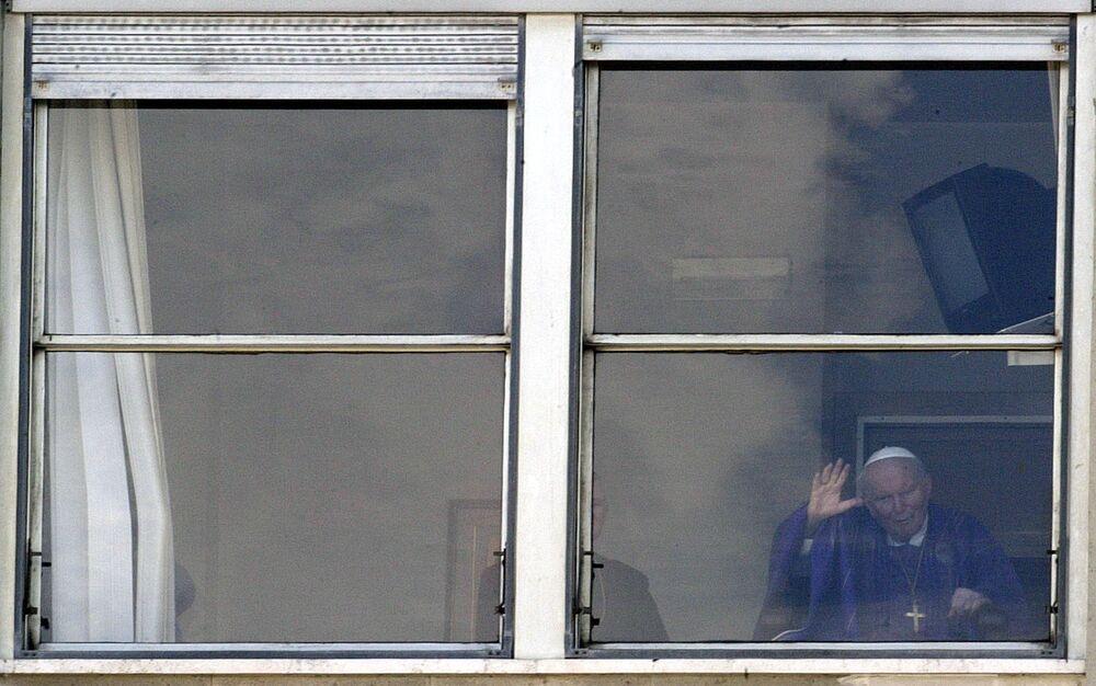 Jan Paweł II w oknie szpitala Gemelli, marzec 2005 roku