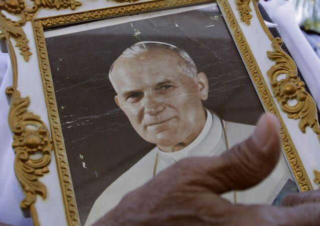 Kobieta z portretem Jana Pawła II podczas ceremonii jego beatyfikacji, 2011 rok