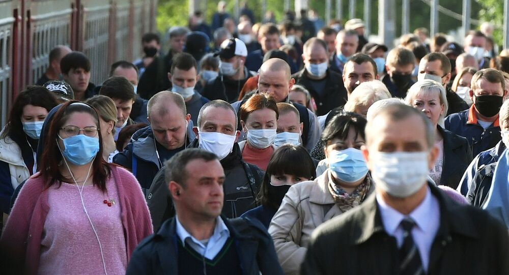 Pasażerowie na peronie Dworca Kurskiego w Moskwie